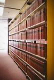 Fermez-vous de l'étagère avec de vieux livres Image libre de droits