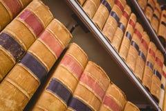 Fermez-vous de l'étagère avec de vieux livres Images libres de droits