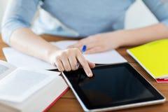Fermez-vous de l'étudiant avec le PC et le carnet de comprimé Photographie stock