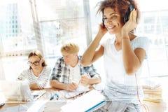 Fermez-vous de l'étudiant de détente écoutant la musique Images libres de droits