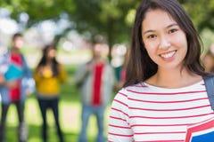 Fermez-vous de l'étudiante avec les étudiants brouillés en parc Image stock