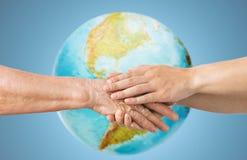 Fermez-vous de l'aîné et de la jeune femme tenant des mains Photo libre de droits