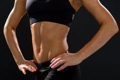 Fermez-vous de l'ABS femelle sportif dans les vêtements de sport Photographie stock libre de droits