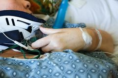 Fermez-vous de l'accolade patiente de main et de cou du ` s dans l'hôpital Images libres de droits
