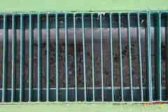Fermez-vous de l'acier discordant incurvé sur le trottoir images stock