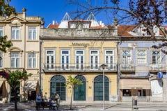 Fermez-vous de l'agence du millénaire BCP et des vieux bâtiments de Vila Nova de Famalicao Photos libres de droits