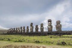 Fermez-vous de l'Ahu Tongariki avec le moai 15 photo libre de droits