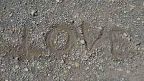 Fermez-vous de l'amour d'inscription sur Pebble Beach, copyspace gratuit Images libres de droits