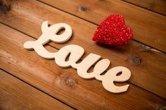 Fermez-vous de l'amour de mot avec la décoration rouge de coeur Images libres de droits