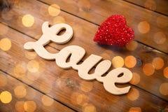 Fermez-vous de l'amour de mot avec la décoration rouge de coeur Photo stock