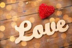 Fermez-vous de l'amour de mot avec la décoration rouge de coeur Photos libres de droits
