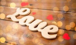 Fermez-vous de l'amour de mot avec les coeurs de papier rouges Image libre de droits