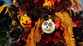 Fermez-vous de l'arbre de Halloween avec des décorations de beauté Photos stock