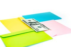 Fermez-vous de l'argent dans l'enveloppe rose se trouvent sur les enveloppes et les lettres color?es multi comme fond Moquerie de image stock