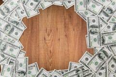 Fermez-vous de l'argent du dollar sur la table en bois Images libres de droits