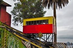 Fermez-vous de l'ascensor d'Artilleria à Valparaiso Image stock