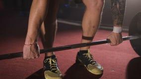Fermez-vous de l'athlète prenant et soulevant le barbell au gymnase clips vidéos