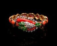 Fermez-vous de l'or de concepteur et du bracelet de diamant Photographie stock libre de droits