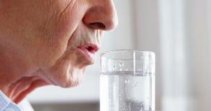 Fermez-vous de l'eau potable d'homme mûr banque de vidéos