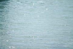 Fermez-vous de l'eau scintillant en soleil image libre de droits