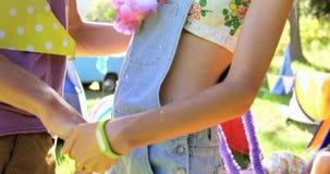 Fermez-vous de l'embrassement de couples de hippie banque de vidéos