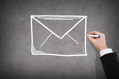 Fermez-vous de l'enveloppe de dessin d'homme d'affaires Photo stock