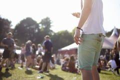 Fermez-vous de l'homme à l'aide du téléphone portable au festival de musique Photos libres de droits