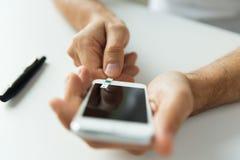 Fermez-vous de l'homme avec le smartphone faisant l'analyse de sang images libres de droits