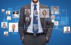 Fermez-vous de l'homme d'affaires au-dessus des icônes avec des contacts images libres de droits