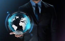 Fermez-vous de l'homme d'affaires avec la projection de la terre Photographie stock