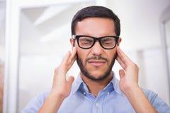Fermez-vous de l'homme d'affaires avec le mal de tête grave photos stock