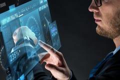 Fermez-vous de l'homme d'affaires avec le smartwatch Photographie stock libre de droits