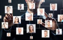 Fermez-vous de l'homme d'affaires avec les icônes virtuelles de contact Photos libres de droits