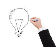 Fermez-vous de l'homme d'affaires dessinant l'ampoule photo libre de droits