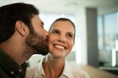 Fermez-vous de l'homme d'affaires embrassant la femme d'affaires images stock