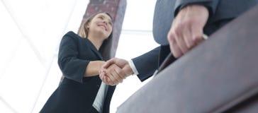 Fermez-vous de l'homme d'affaires et de la femme d'affaires se serrant la main Image stock