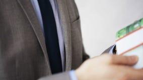 Fermez-vous de l'homme d'affaires prenant le paiement illicite d'argent banque de vidéos