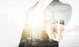 Fermez-vous de l'homme d'affaires tenant des clés Image libre de droits