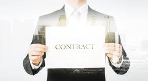 Fermez-vous de l'homme d'affaires tenant le papier de contrat Image libre de droits