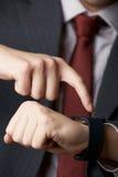 Fermez-vous de l'homme d'affaires Using Smart Watch Photos stock