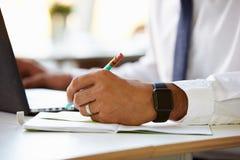 Fermez-vous de l'homme d'affaires Wearing Smart Watch Image stock
