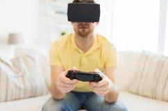 Fermez-vous de l'homme dans jouer de casque de réalité virtuelle Photos stock