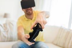 Fermez-vous de l'homme dans jouer de casque de réalité virtuelle Photographie stock