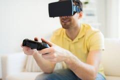 Fermez-vous de l'homme dans jouer de casque de réalité virtuelle Images libres de droits