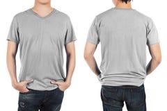 Fermez-vous de l'homme dans la chemise gris-clair d'avant et de dos sur le dos de blanc Image stock