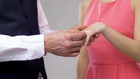 Fermez-vous de l'homme donnant la bague à diamant à la femme banque de vidéos