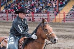 Fermez-vous de l'homme et du cheval chez Williams Lake Stampede photos libres de droits