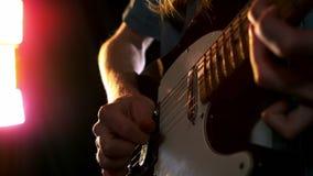 Fermez-vous de l'homme jouant la guitare électrique banque de vidéos