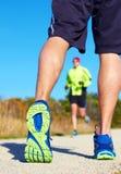 Fermez-vous de l'homme marchant en nature avec le taqueur à l'arrière-plan Photo libre de droits