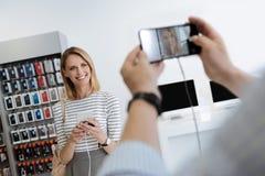 Fermez-vous de l'homme prenant des photos avec le smartphone de maquette Photos stock